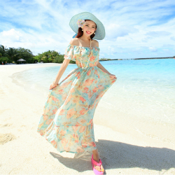Блестящее эластичное платье в сперме