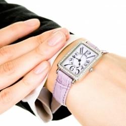 Часы на руке женщины